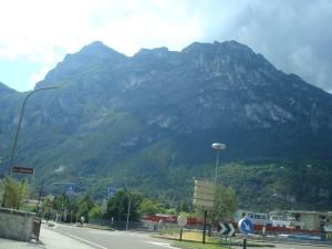Trzeba się dobrze przyjrzeć. Kościół wysoko na zboczu góry.
